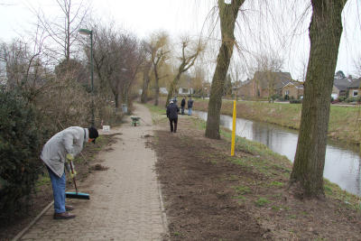 Mitglieder des Isselburger Heimatkreises pflegten die Wege und die Uferböschung entlang der Issel zwischen Münsterdeich und Friedhof (Archivfoto IL)