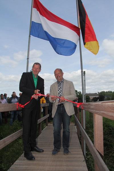Richard Krappen (links) und Rudi Geukes zerschnitten gemeinsam das rote Band