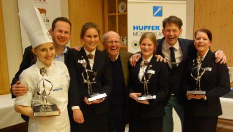 Heinz Brune (Mitte), seine Söhne Jörg (rechts) und Peter (links), sowie die Azubi´s freuten sich über den großen Erfolg (Foto: Privat)