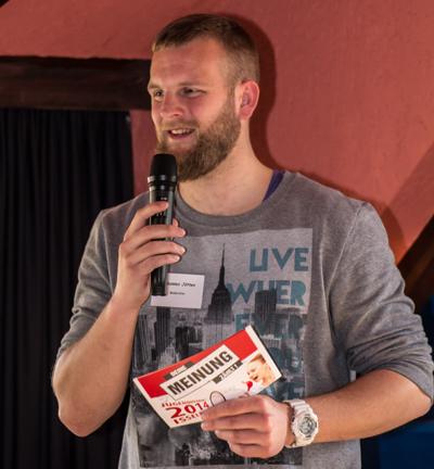 """Johannes Jötten führte nicht nur durch die Veranstaltung, sonder """"rappte"""" zum Schluss auch noch den Saal"""