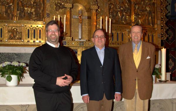 Pastor Klaus Winkel, Wilhelm Polders und Carl Philipp Fürst zu Salm-Salm (v.l.) freuen sich über das neue Kreuz im Hintergrund