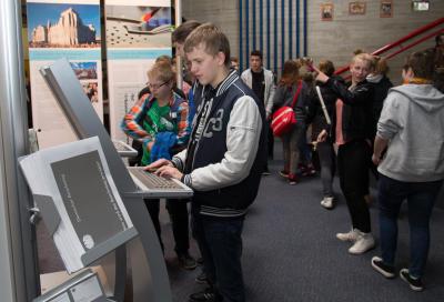 Jeremy Hertog informierte sich an einem der Computerterminals
