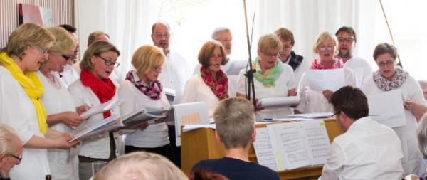 Der aus acht Ehepaaren bestehende Chor gab sein öffentliches Debüt am 1. Mai im Cafe Röschen. (Foto: Frithjof Nowakewitz