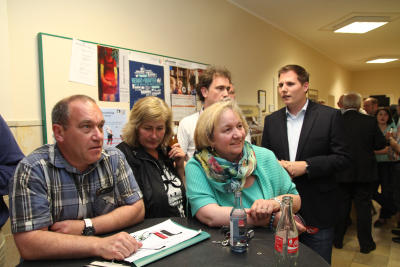 Ulrich und Ute Gühnen (beide CDU), Monika Willing (SPD) und Kevin Schneider (FDP) warten auf die Wahlergebnisse