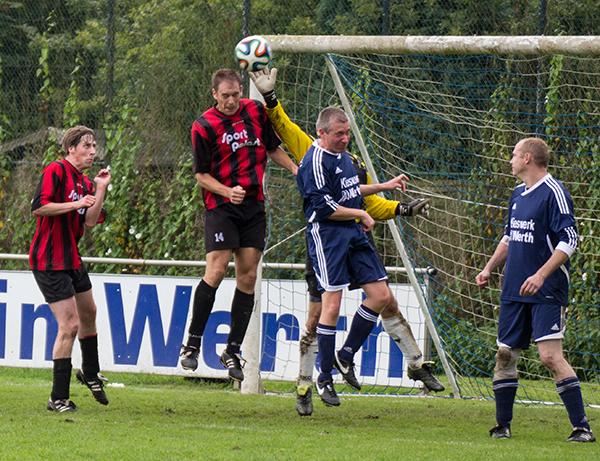 Kopf- aber nicht Hilflos scheint hier Anholts Keeper in der Begegnung gegen den SV Werth zu sein. (Foto: Frithjof Nowakewitz)