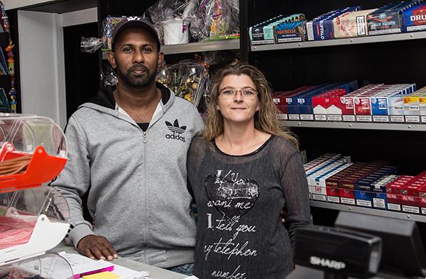 Sabrina Büning-Ranjan und ihr Mann Krisho präsentieren in ihrem Kiosk ein vielfältiges Angebot (Foto: Frithjof Nowakewitz)