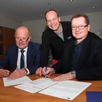Bürgermeister Rudi Geukes und Bauamtsleiter Michael Carbanje unterzeichneten ihren privaten Vertrag im Beisein von Mirko Tanjsek (Mitte)