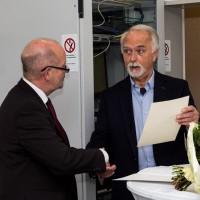 Bürgermeister Rudi Geukes verabschiedet Heiner Bernsen (rechts) in den Ruhestand (Foto: Frithjof Nowakewitz)