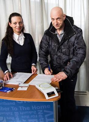 Martin Hemken entschied sich mit seiner Unterschrift für den Glasfaseranschluss. (Foto: Frithjof Nowakewitz)