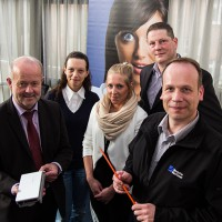 V.l.: Bürgermeister Rudi Geukes, Annina Forciniti, Venja Bartsch,Thomas Krämer und Mirko Tanjsek (alle Deutsche Glasfaser) eröffneten den Servicepunkt Hüttenstraße (Foto: Frithjof Nowakewitz)