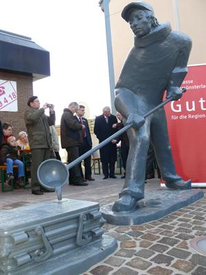 Seit dem 8. November 2008 steht der Gießer an der Minervastraße (Archivfoto: Frithjof Nowakewitz)