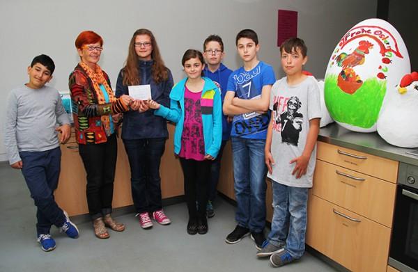 Einige der beteiligten Schüler und Schülerinnen der 5. Klasse übergaben heute das Geld an Bärbel Kühlhüser (Foto: Frithjof Nowakewitz)