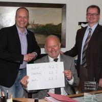 Mirko Tanjsek, Rudi Geukes und Michael Carbanje freuen sich über das positive Ergebnis für Anholt. Isselburg und Werth muss nun nachlegen. (Foto: Frithjof Nowakewitz)