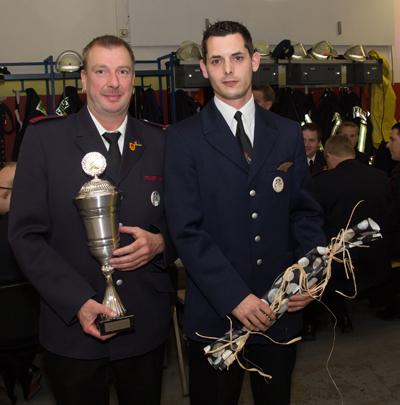 Michael Schamell (links) ist Feuerwehrmann des Jahres 2015 und löst damit Christian Kleideiter (rechts) ab.