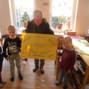 Symolisch überreichten die Kinder den Erlös an Renate Hempelmann (Foto: Privat)
