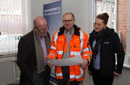 Frank Sahling (Mitte) erklärte Bürgermeister Rudi Geukes den Zeitplan für die Baumaßnahme
