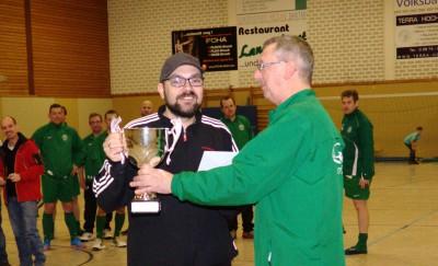 Markus Pohle bekommt von Stefan Hetkamp den Siegerpokal