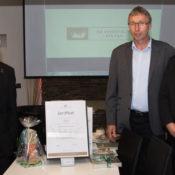 Frank Schneider (links) übergab die Zertifikatsurkunde an das Ehepaar Ehringfeld (Foto: Frithjof Nowakewitz)