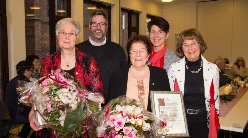 V.l.: Christa Kamps, Pastor Klaus Winkel, Paula Oostendorp, Chorleiterin Andrea Wesendonk, Vorsitzende Elvi Schweckhorst