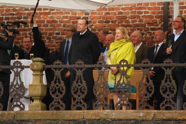Von der Terrasse der Wasserburg beobachteten das Fürstenpaar und die Gäste die Darbietungen der Anholter Vereine