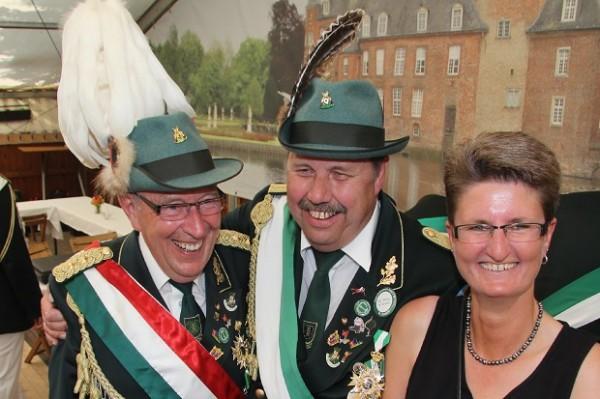 Präsident Manfred (links) Schemkes gratuliert dem Königspaar Norbert Kaiser und Barbara Tenhaaf