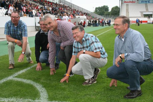 Eduard Kreyenbrink, Johannes Gasseling, Uwe Bonnes, Heinrich Schmeink und Alfons Reyering prüften fachmännisch gleich den Rasen im RWE-Stadion. Uwe Bonnes vertrat den verhinderten Stefan Tekaat.