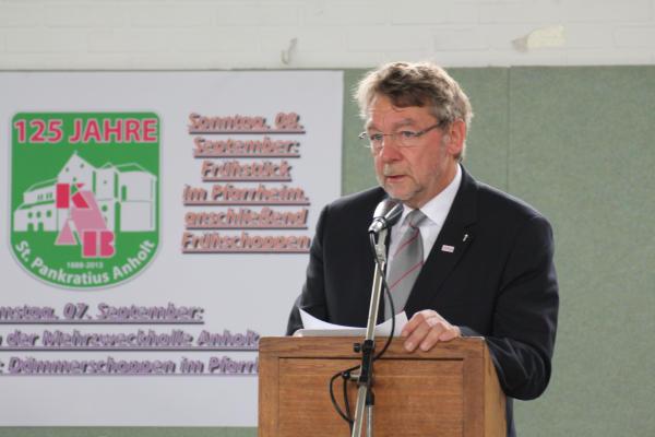 Bezirkspräses Christoph Hesse lobte in seiner Rede das Engagement der Anholter KAB