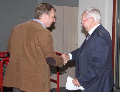 Heinz Bert Zander von der REWE-Dortmund (rechts) gratuliert Heinz Onstein jun. zur Eröffnung der neuen Räumlichkeiten