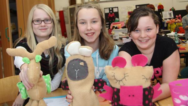 Lea Scholten, Lucia Rottstegge und Merit Weise zeigen ihre Sorgenkuscheltiere