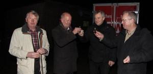 Helmut Clarendahl (Schützenverein), Bürgermeister Rudi Geukes, Clemens Bonnes und Karl-Heinz  Westerhoff (beide FCH) stoßen mit einem kleinen Warmmacher an.