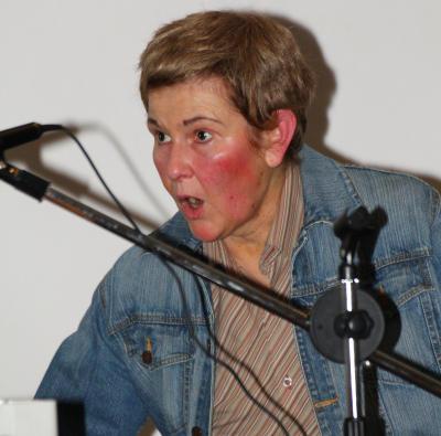 """Maria Hösing sorgte in ihrer Rolle als """"schwangerer Mann mit Ohrensausen"""" für viel Heiterkeit"""