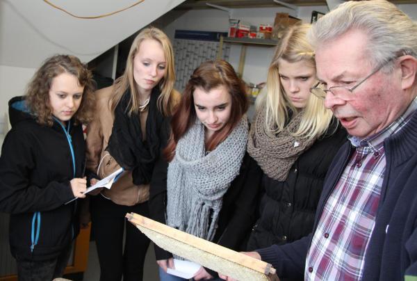 Johann Alofs erklärte den vier Mädchen aus seiner langjährigen Erfahrung die Lebensweise der Bienen