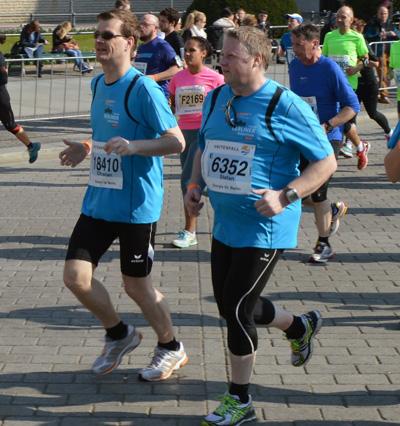 Christian Schweckhorst (links) und Stefan Diedrichsmeier nahmen am Berliner Halbmarthon teil. (Foto: Privat)
