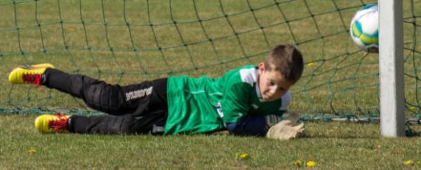 Kleine Fußballer üben wie die Profis