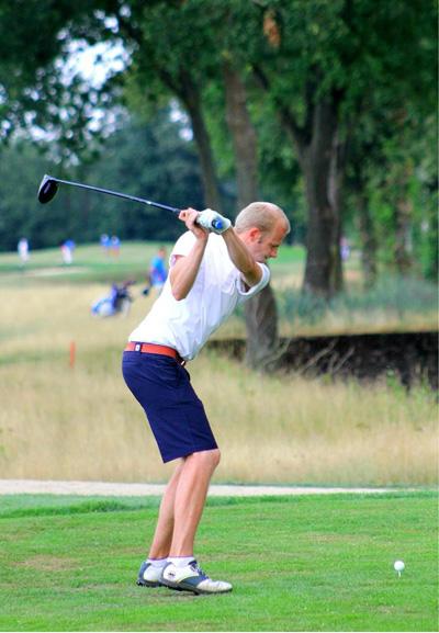 Martin Schlichtenbrede beim Abschlag (Foto: Golfclub Anholt)