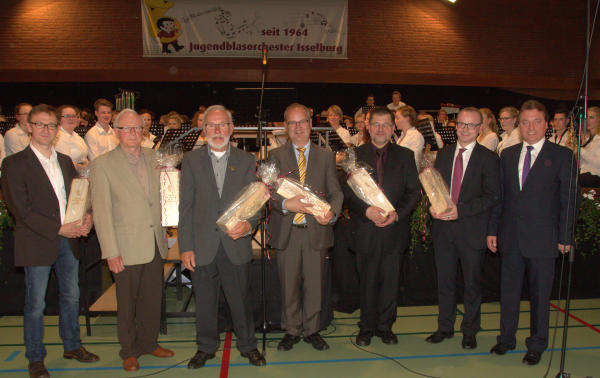 Die Männer mit dem Taktstock,früher und heute: Ralf und Horst Schmittkamp, Hans und Bodo Biermann, Gudio Schrader und Martin Alofs (v.l.). Die Ehrung der ehemaligen und aktuellen Dirigenten wurde vom Vorsitzenden Heinz Streuff (ganz rechts) vorgenommen.