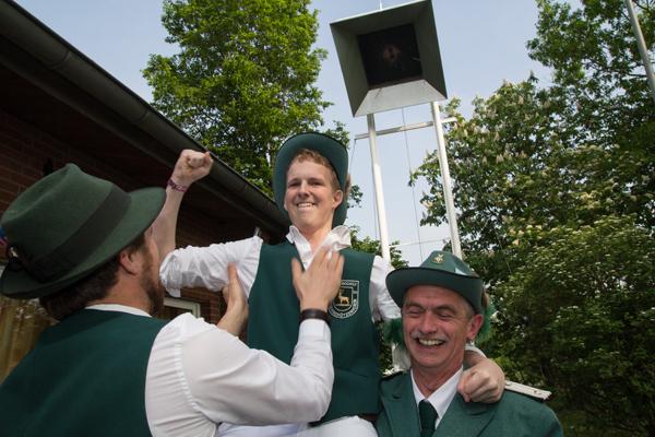 Yeeeaaa.... Mike Wolters ist der neue Schützenkönig in Herzebocholt (Foto: Frithjof Nowakewitz)