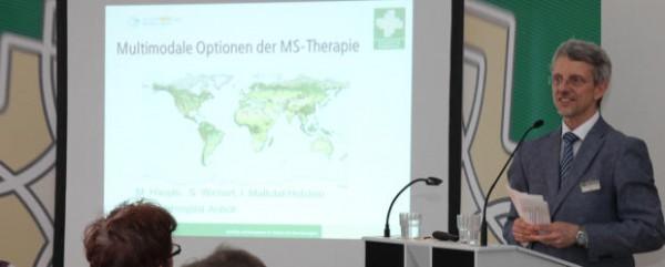 Dr. Michael Haupts, der ärztliche Leiter des Augustahospitals, konnte zahlreiche Referenten begrüßen (Foto: Frithjof Nowakewitz)