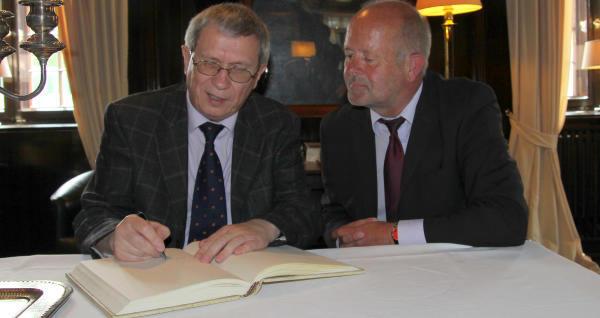 Der Konsul trägt sich ins Golde Buch der Stadt ein (Foto: Frithjof Nowakewitz)