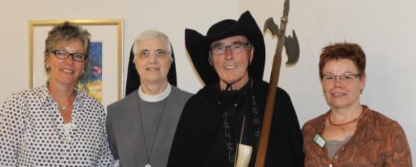 Die Alltagsbegleiterinnen Hildegard Wüpping und Brigitte Gehlmann (außen im Bild) sowie die Oberin der Anholter Clemensschwestern, Schwester Ingeburga, begleiteten den Nachtwächter Bernhard Barking durch das historische Anholt. (Foto: Privat)
