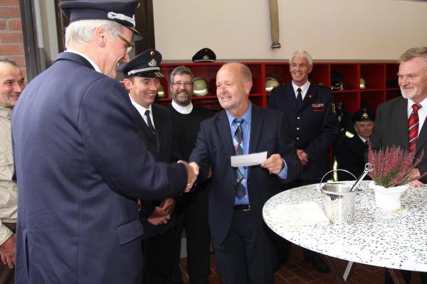 Bürgermeister Rudi Geukes übergab den Schlüssel und auch einen Scheck an Stadtbrandmeister Jürgen Großkopf