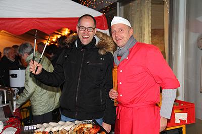 André Röhl (links) und Heino Hormann hatten, wie die anderen Besucher auch, viel gute Laune beim Isselburger Adventsabend