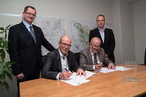 Von links: Michael Carbanje, Hermann van Voorst, Bürgermeister Rudi Geukes und Mirko Tansjek (Foto: Frithjof Nowakewitz)
