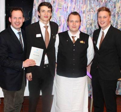 Restaurantleiter Peter Brune (links) ist Stolz auf seine erfolgreichen Azubi`s (Foto: Privat)