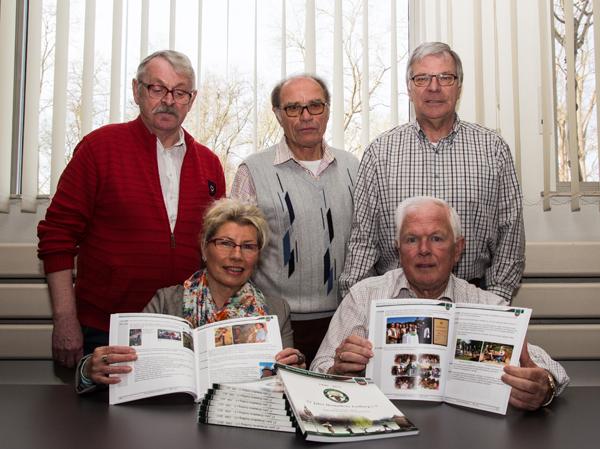 Gerd Sandtel, Paul Biermann, Clemens Stockhorst (hinten v.l.), Ursel Tebeck und Klemens Hakvoort haben viel Arbeit in die Chronik investiert. (Foto: Frithjof Nowakewitz)