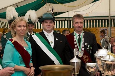 Das Königspaar nimmt Präsident Michael Bonnes in die Mitte (Foto: Frithjof Nowakewitz)