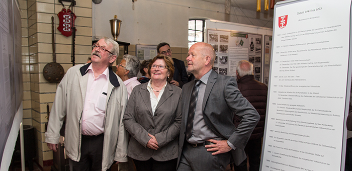 Gerd Sandtel, Marianne Meyer und Rudi Geukes betrachten gemeinsam einen Teil der Ausstellung (Foto: Frithjof Nowakewitz)