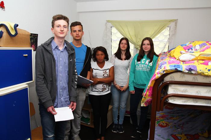 Jeron Storm, Tom Landsknecht, Lia Sofie Schneider und Lena Giesing interviewten Loren aus Nigeria. Das Gesicht der jungen Frau wurde auf ihren Wunsch hin unkenntlich gemacht. (Foto: Frithjof Nowakewitz)