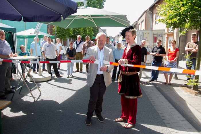 Bürgermeister Rudi Geukes und Jürgen Hesse (rechts) eröffnen das Stadtfest (Foto: Frithjof Nowakewitz)
