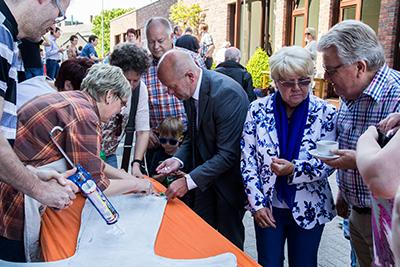 Auch Bürgermeister Rudi Geuke beteiligte sich an der Fertigstellung des Franziskus-Kreuzes (Foto: Frithjof Nowakewitz)